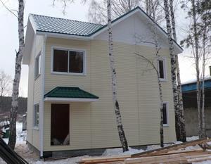 Двухэтажный дом в саду